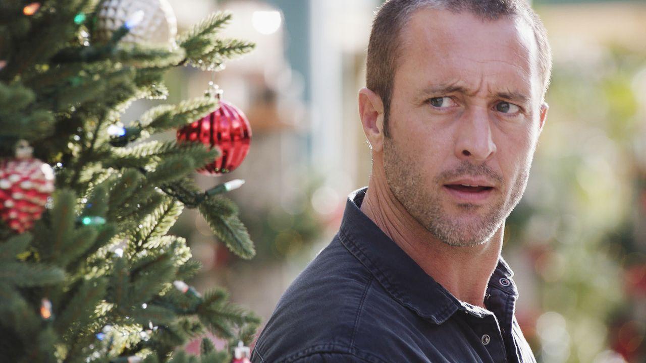 Verkleidet als Weihnachtsmänner rauben Kriminelle einen Geldtransporter mitten in einer Einkaufsstraße aus - doch McGarrett (Alex O'Loughlin) ist vo... - Bildquelle: 2017 CBS Broadcasting Inc. All Rights Reserved.