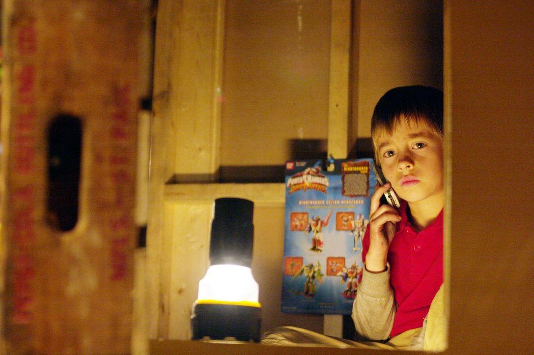 Tommy Smith (Jimmy Bennett) und seine Schwester werden im Haus als Geiseln gehalten, doch dem cleveren Jungen gelingt es, Kontakt zur Außenwelt auf... - Bildquelle: 2004 Hostage, LLC. All Rights Reserved