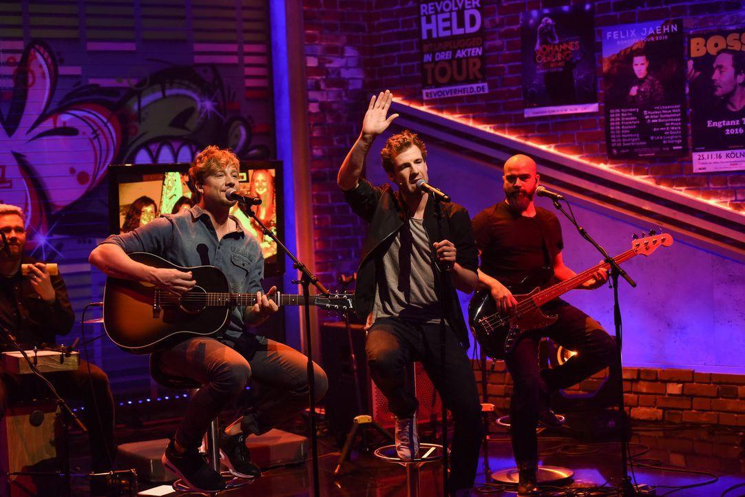 Bye, bye Hollywood Hills? Luke Mockridge (2.v.r.) singt gemeinsam mit Samu Haber (2 v.l.) und seiner Band Sunrise Avenue ... - Bildquelle: Steffen Z. Wolff SAT.1