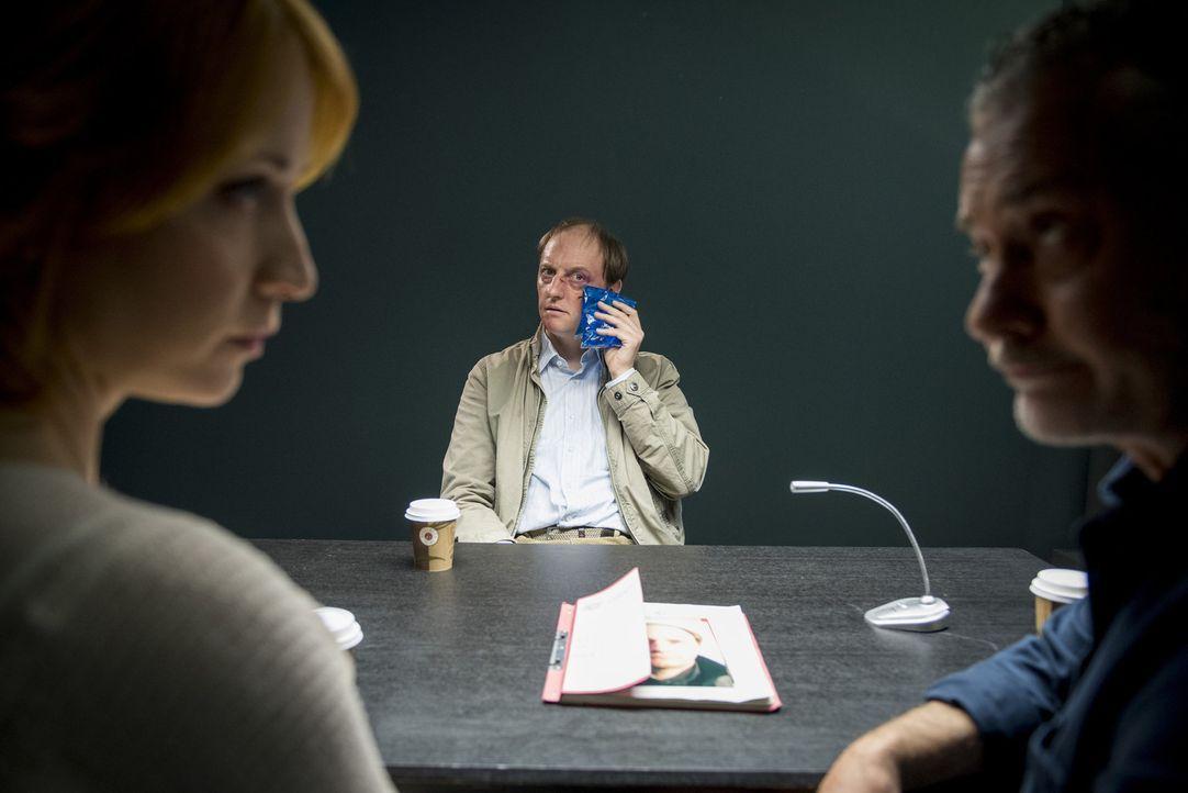 Tremmel (Rolf Kanies, r.) und Elena (Annika Ernst, l.) stehen vor der Frage, ob Druckereibesitzer Stefan Runge (Steffen Will, M.) dem Schrotthändler... - Bildquelle: Martin Rottenkolber SAT.1