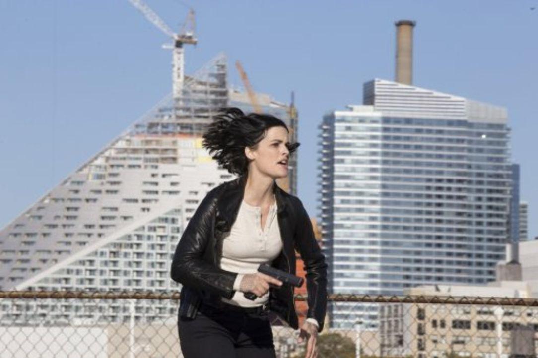 Nach der Jagd auf russische Spione gerät Jane (Jaimie Alexander) in die Hände des CIA-Vizedirektors Carter, der ihr Erinnerungsvermögen per Waterboa... - Bildquelle: Warner Brothers