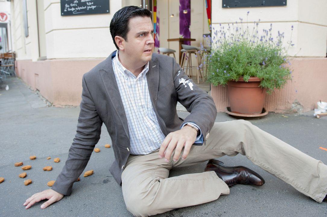 Vor dem ayurvedischen Restaurant seines Freundes Ralf Richter stürzt Bastian (Bastian Pastewka) - Zufall oder Folge des Fluchs der Vodoo-Priesterin? - Bildquelle: Frank Dicks SAT.1