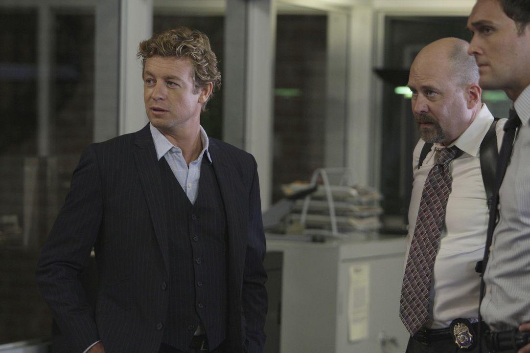 Ein anonymer Anrufer hat mitgeteilt, dass unweit des CBI-Geländes sich ein Mordopfer befinde. Patrick (Simon Baker, l.), Sam Bosco (Terry Kinney, M... - Bildquelle: Warner Bros. Television