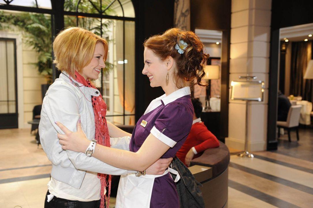 Manu (Marie Zielcke, r.) wird freudig überrascht: Ihre kleine Schwester Jana (Ronja Peters, l.) taucht in Berlin auf ... - Bildquelle: SAT.1