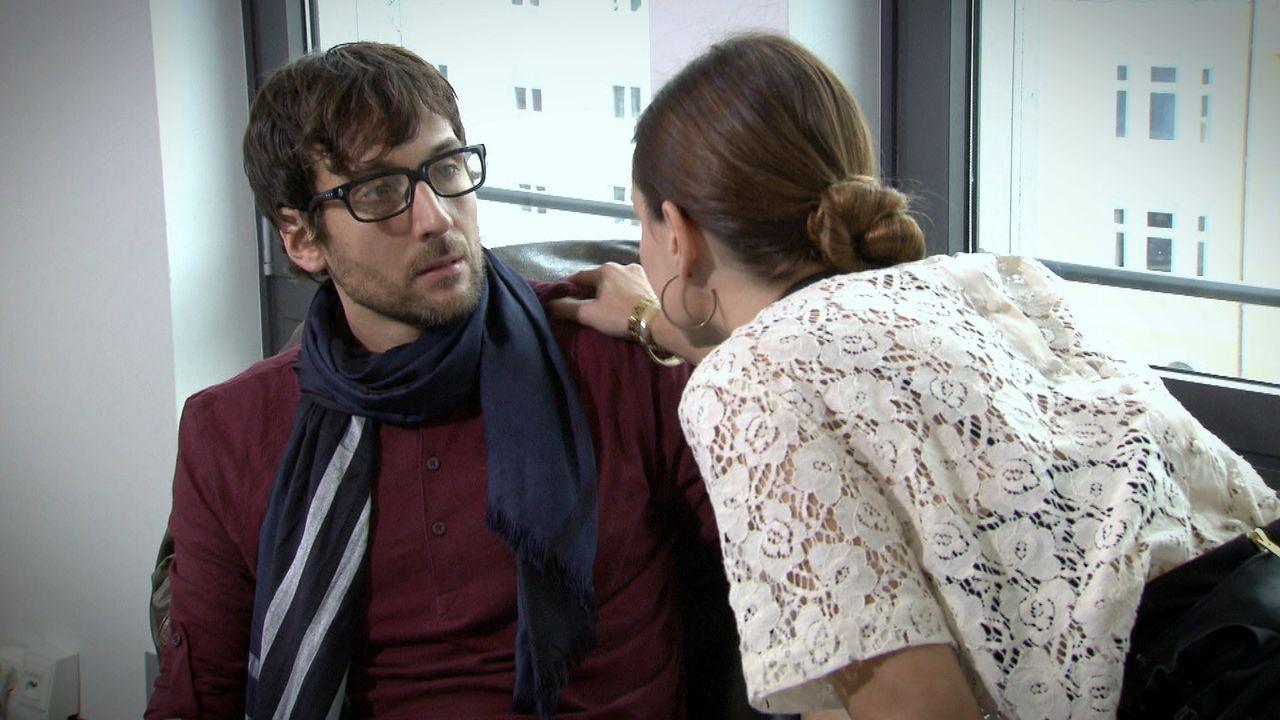 Wird sich Paul (l.) auf eine Affäre mit seiner attraktiven Chefin Judith (r.) einlassen? - Bildquelle: SAT.1