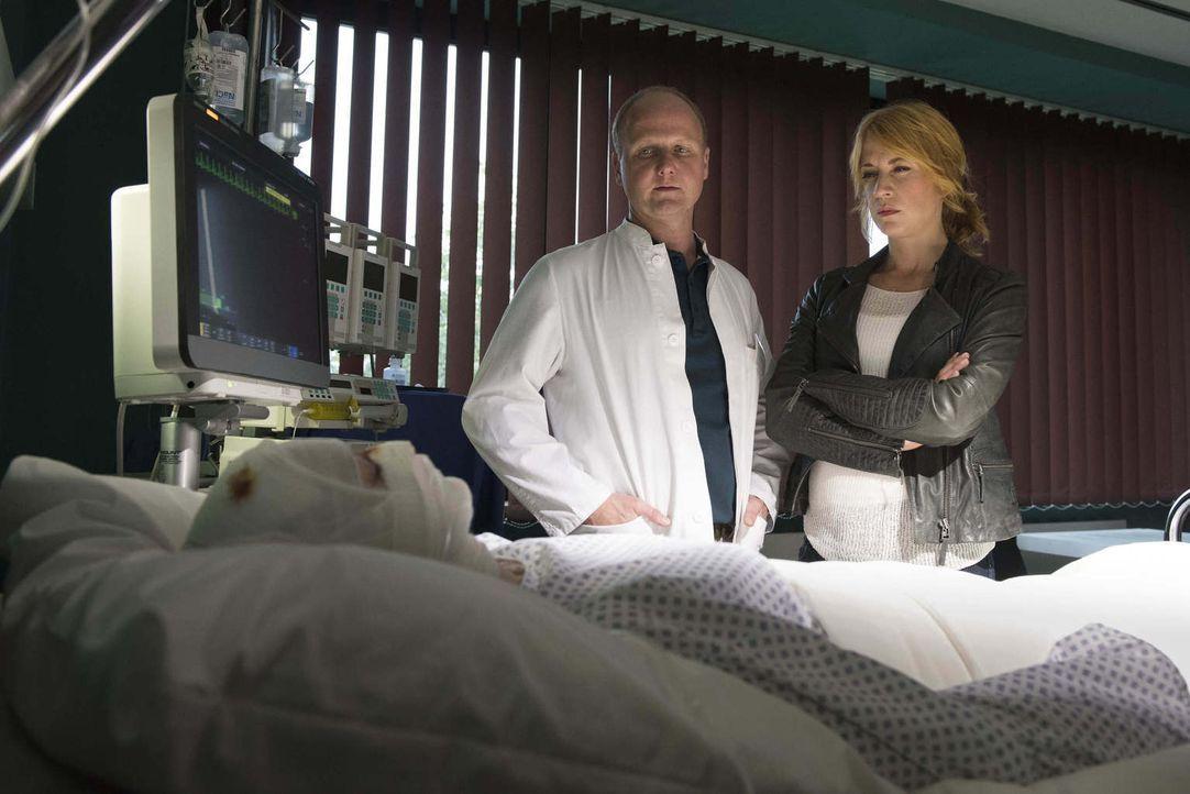 Während auf Dr. Rössler (Christian Hockenbrink, M.) noch viel Arbeit wartet, bis er seine Patientin wieder ins Leben entlassen kann, sieht sich Elen... - Bildquelle: Martin Rottenkolber SAT.1