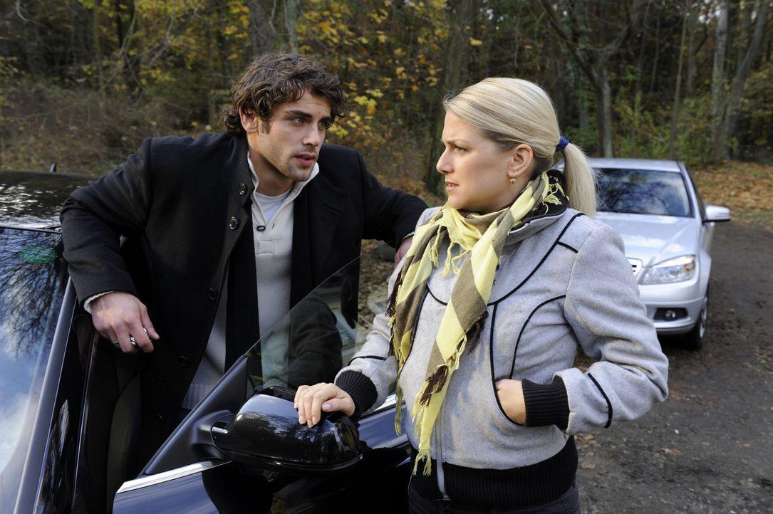 Ahnen nicht, dass Annett Mia im Kellerverlies des Schlosses eingeschlossen hat: Jonas (Roy Peter Link, l.) und Anna (Jeanette Biedermann, r.) ... - Bildquelle: SAT.1