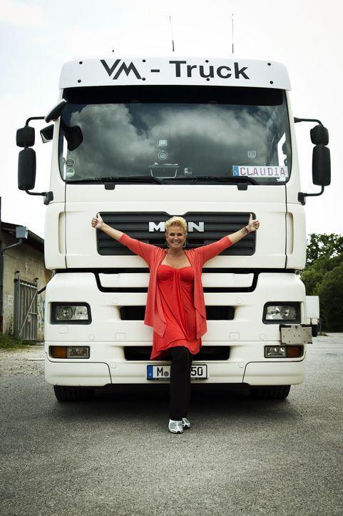 Claudia Effenberg büffelt für den LKW-Schein. Doch wird sie erfolgreich sein und die Prüfung bestehen? - Bildquelle: Benedikt Müller SAT.1