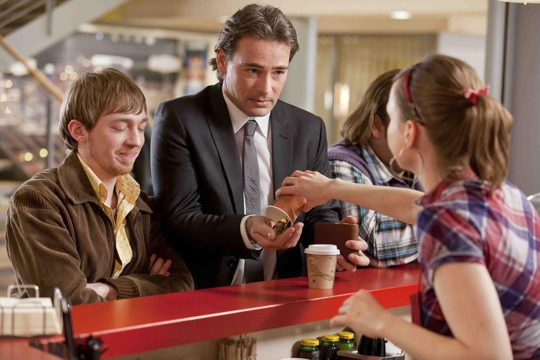 Während Kurt versucht, seinem neuen Freund Tom zu helfen, treffen bei Bea (Nadja Becker, r.) am Coffee-Shop Nils (Oliver Fleischer, 2.v.r.), Hannes... - Bildquelle: SAT.1