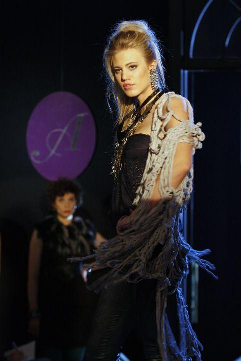 Nicht nur Model Larissa (Larissa Marolt) schreitet über den Laufsteg ... - Bildquelle: SAT.1