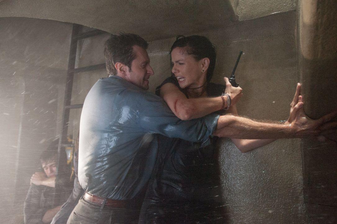 Der monströse Tornado nimmt tödliche Ausmaße an: Können Gary (Richard Armitage, l.) und die Meteorologin Allison (Sarah Wayne Callies, r.) Mutter Na... - Bildquelle: 2014 © Warner Bros.