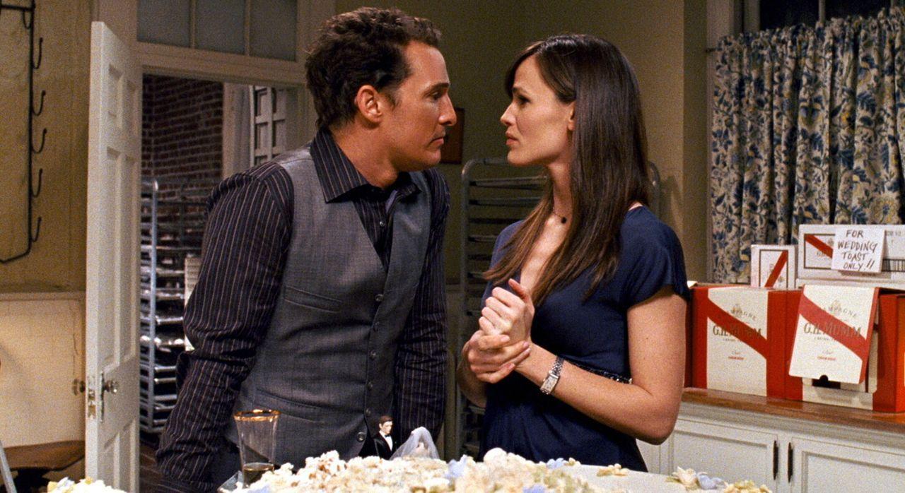 Während Connor (Matthew McConaughey, l.) auf der Hochzeitsfeier von seinem Bruder von einem Fettnäpfchen ins nächste stolpert, ist Jenny  (Jennif... - Bildquelle: 2008   Warner Brothers
