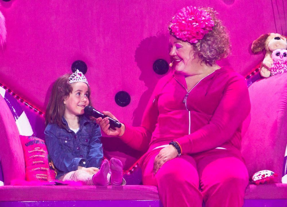 """Comedy-Prinzessin Cindy aus Marzahn (r.) wirft sich für ihr aktuelles Bühnenprogramm """"Pink is bjiutiful"""" in Schale. Getreu dem Motto """"Is' det Leben... - Bildquelle: Richard Hübner SAT.1"""