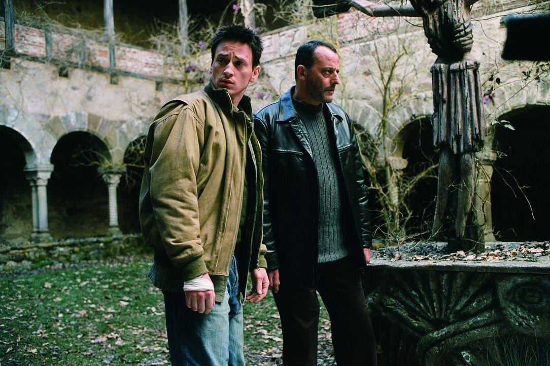 Im Zuge ihrer Ermittlungen stoßen Reda (Benoit Magimel, l.) und Kommissar Niemans (Jean Reno, r.) schnell auf weitere Ritualmorde, apokalyptische V... - Bildquelle: Tobis Film GmbH & Co. KG