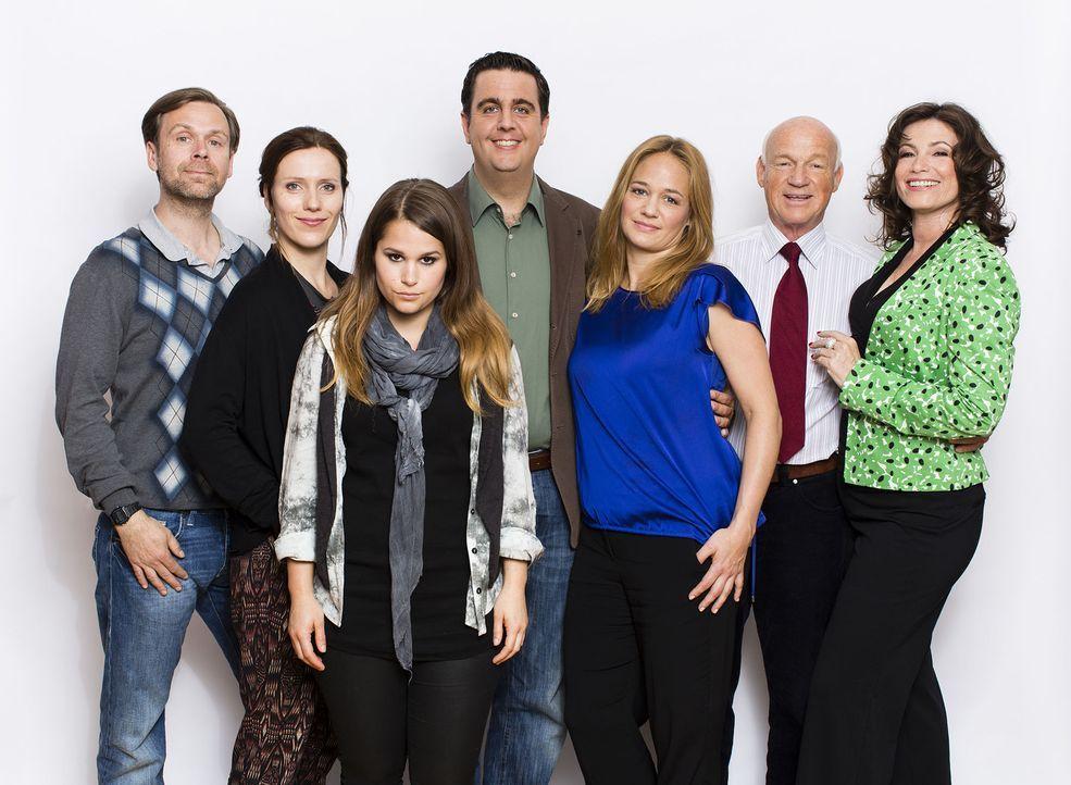 Bastian (Bastian Pastewka, M.) mit seiner Familie: v.l.n.r. Bruder Hagen (Matthias Matschke), Hagens Freundin Svenja (Bettina Lamprecht), Nichte Kim... - Bildquelle: Frank Dicks SAT.1