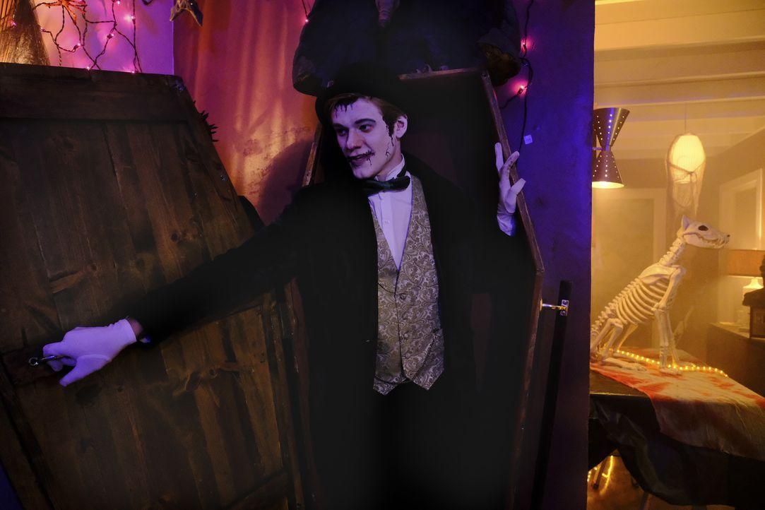 Verkehrte Welt: Zu Halloween jagt MacGyver (Lucas Till) den anderen Angst ein ... - Bildquelle: Guy D'Alema Guy D'Alema/CBS   2017 CBS Broadcasting, Inc. All Rights Reserved. TM