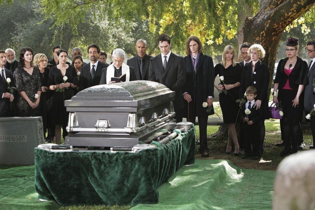 Nach dem schrecklichen Mord an Haley Hotchner, nehmen alle Abschied von ihr ... - Bildquelle: Touchstone Television
