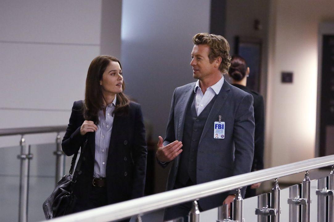 Nachdem Lisbon (Robin Tunney, l.) Jane (Simon Baker, r.) dazu gebracht hat, ihr und dem Team in einem neuen Fall behilflich zu sein, beginnen sie so... - Bildquelle: Warner Bros. Television