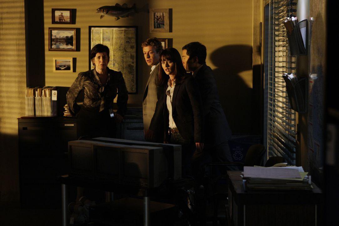 Nachdem in der CBI-Zentrale ein Anschlag verübt wurde, beginnen Kimball (Tim Kang, r.), Teresa (Robin Tunney, 2.v.r.) und Patrick (Simon Baker, 2.v... - Bildquelle: Warner Bros. Television
