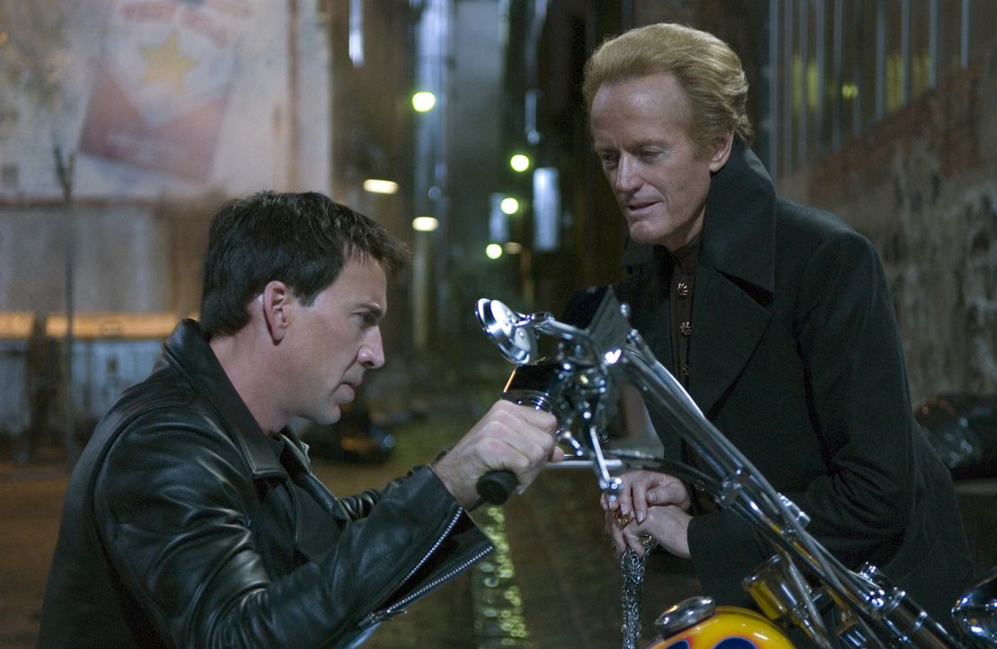 Der Teufel (Peter Fonda, r.) persönlich bietet dem Motorrad-Stuntfahrer Johnny Blaze (Nicolas Cage, l.) einen mörderischen Deal an ... - Bildquelle: 2007 CPT Holdings, Inc. All Rights Reserved. (Sony Pictures Television International)