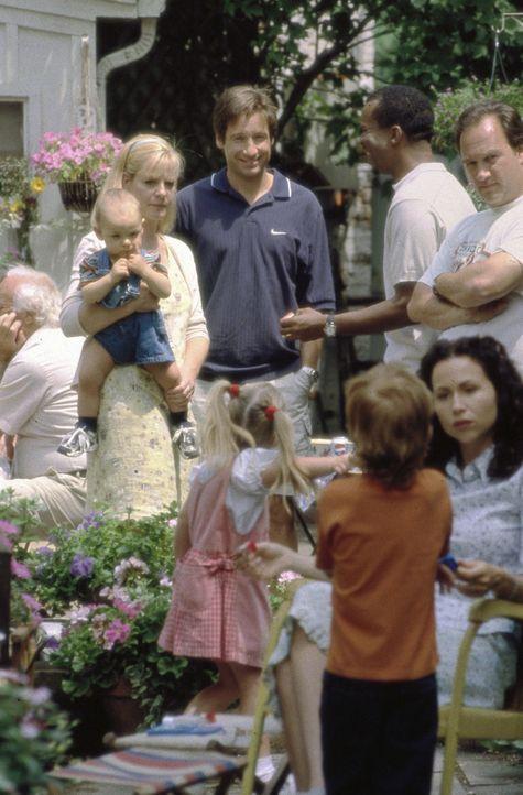 Bob (David Duchovny, hinten M.) lernt Graces (Minnie Driver, vorne r.) Freunde und Familie kennen: Megan (Bonnie Hunt, 3.v.l.), Charlie (David Alan... - Bildquelle: Metro-Goldwyn-Mayer
