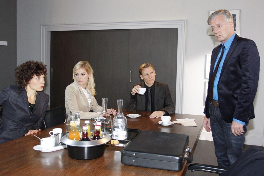 Für den Businesshai Philip (Philipp Romann, 2.v.r.) ist es ein Klacks, Roman Müller (Ludwig Hollburg, r.) dazu zu bringen, die Schadensersatzklage... - Bildquelle: SAT.1