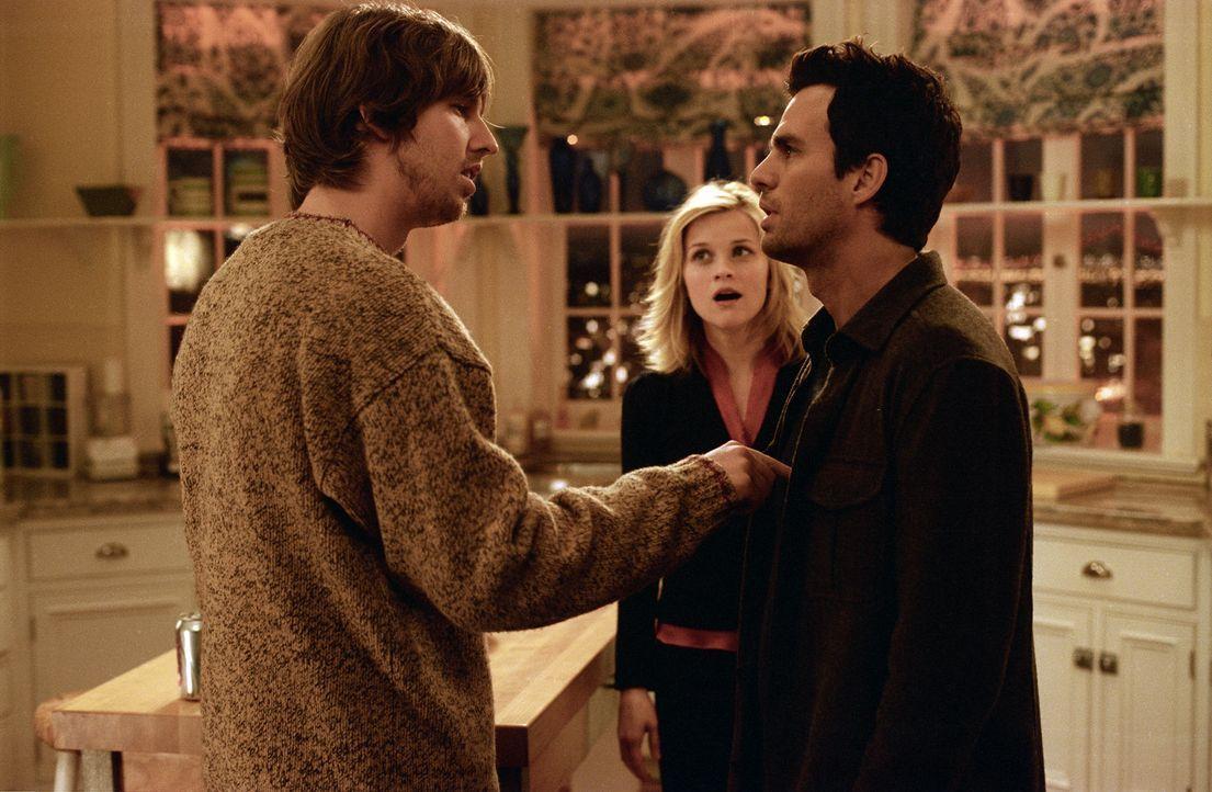 David (Mark Ruffalo, r.) kann den Geist der im Koma liegenden Elizabeth (Reese Witherspoon, M.) sehen. Da er nicht mehr weiter weiß, bittet er den... - Bildquelle: Telepool GmbH