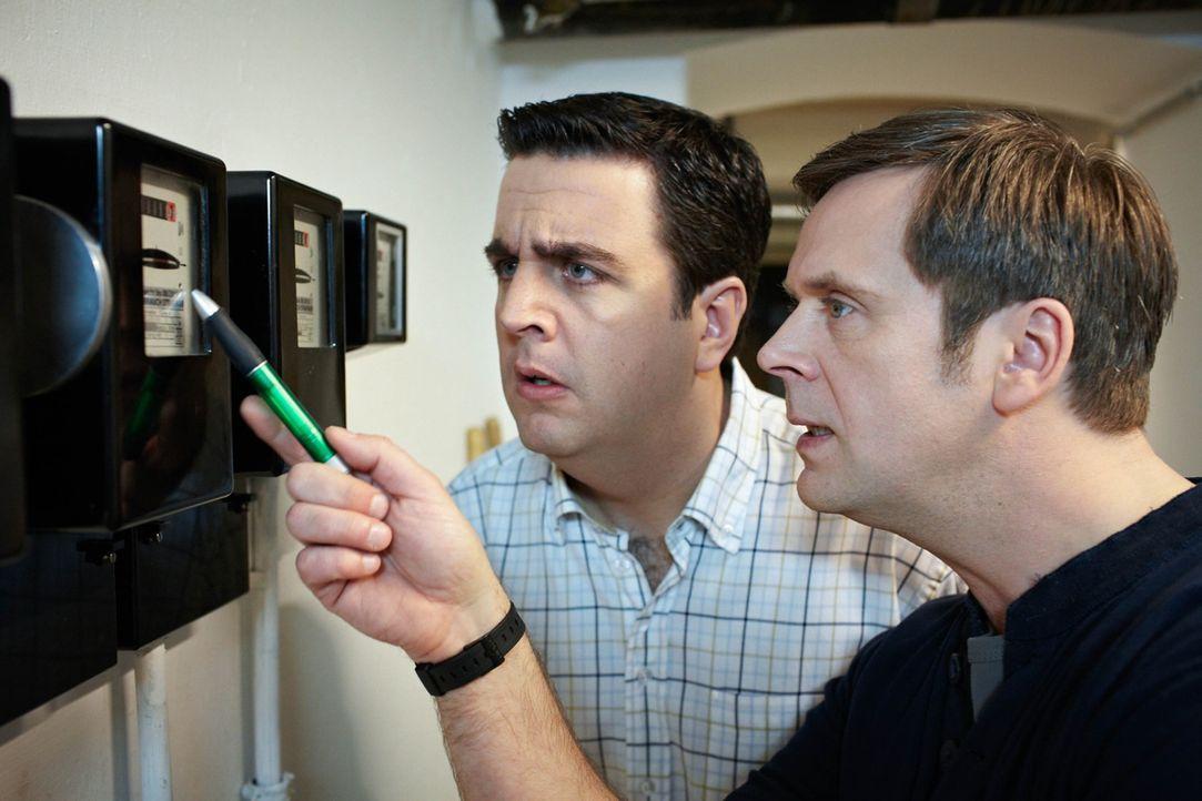 Bastians Halbruder Hagen (Matthias Matschke, r.) klemmt einen Magneten an seinen Stromzähler im Keller, um den Verbrauch zu manipulieren. Als Bastia... - Bildquelle: Frank W. Hempel SAT.1
