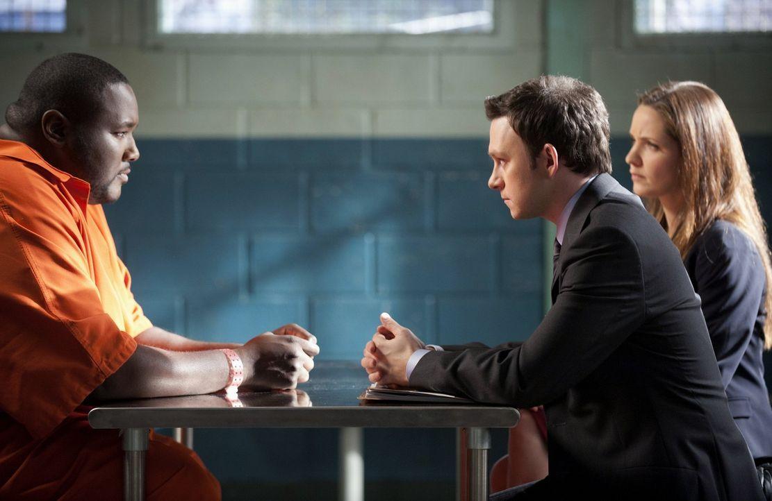 Während Adam (Nathan Corddry, M.) und Rachael (Jordana Spiro, r.) den Todeskandidaten Brian (Quinton Aaron, l.) vertreten, haben Jenna und Malcolm... - Bildquelle: Warner Bros. Television