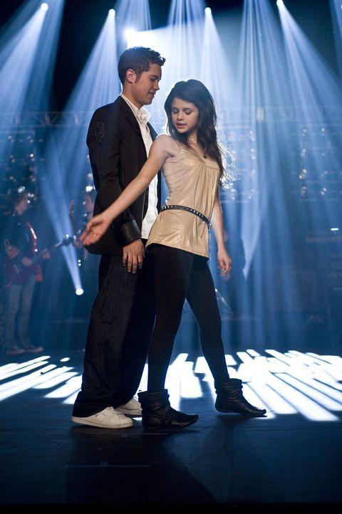 Wenn sie nicht gestorben sind, dann tanzen sie noch heute: Mary (Selena Gomez, r.) und Joey (Drew Seeley, l.) ... - Bildquelle: Warner Brothers