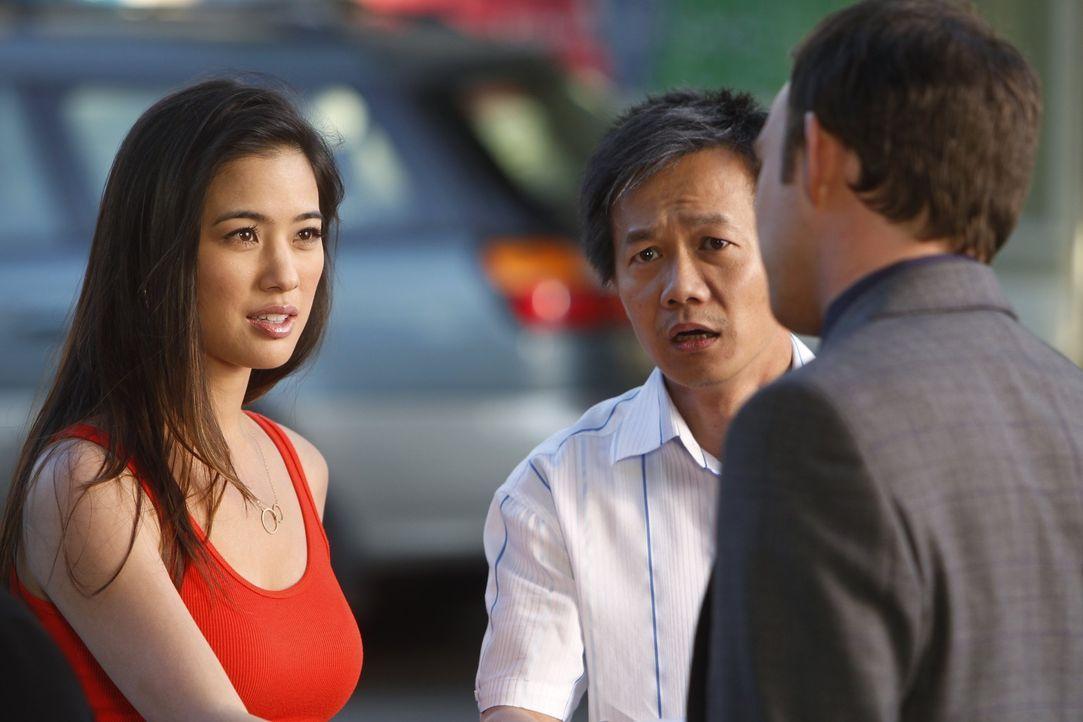 Adam (Nathan Corddry, r.) übernimmt den Fall des chinesischen Waschsalonbesitzers Fung (Kaidy Kuna, M.), wohl aber mehr, um dessen schöne Tochter... - Bildquelle: Warner Bros. Television