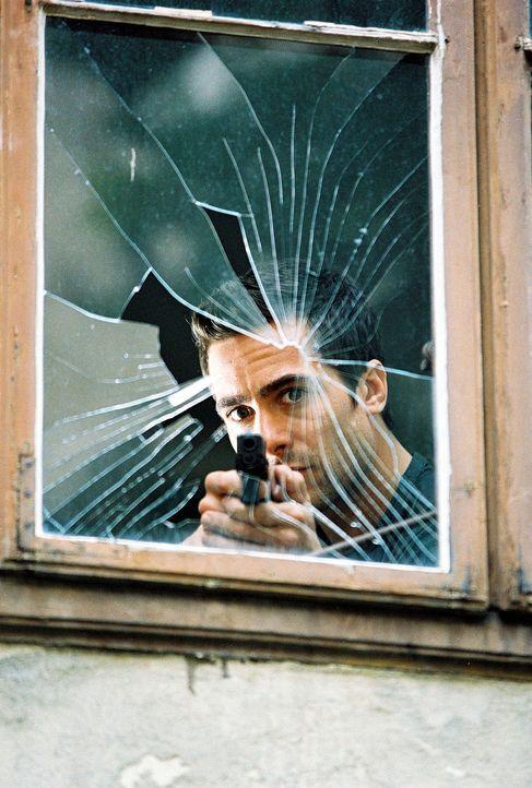 Marc (Alexander Pschill) versucht, den Geiselnehmer durch einen Schuss durch das Fenster außer Gefecht zu setzen ... - Bildquelle: Sat.1