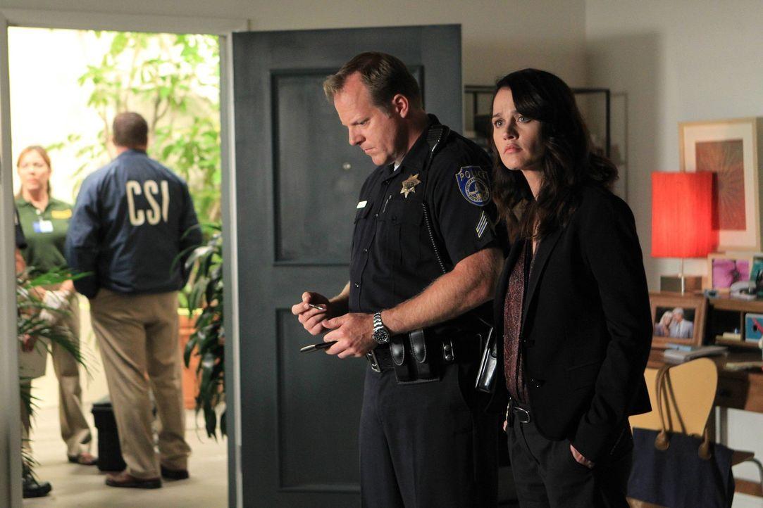 Auf Spurensuche am Tatort: Teresa (Robin Tunney, r.) und Tom Yannick (Jon Curry, 2.v.r.) ... - Bildquelle: Warner Bros. Television