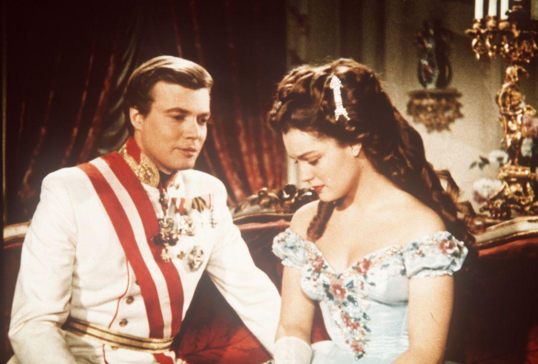 Gegen den Willen seiner Mutter, kommen sich Kaiser Franz - Joseph (Karlheinz Böhm, l.) und die bezaubernde Prinzessin Sissi (Romy Schneider, r.) si... - Bildquelle: Herzog-Filmverleih