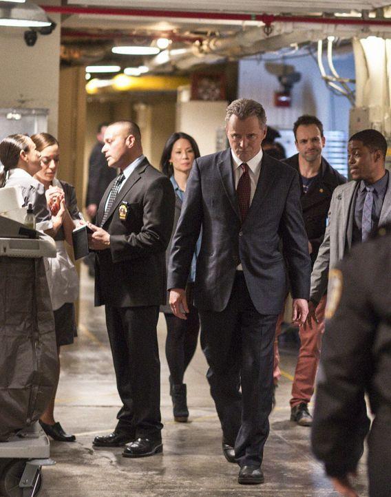 Bei den Ermittlungen: Sherlock Holmes (Jonny Lee Miller, 2.v.r.), Gregson (Aidan Quinn, 3.v.r.), Marcus (Jon Michael Hill, r.) und Joan Watson (Lucy... - Bildquelle: Tom Concordia CBS Television