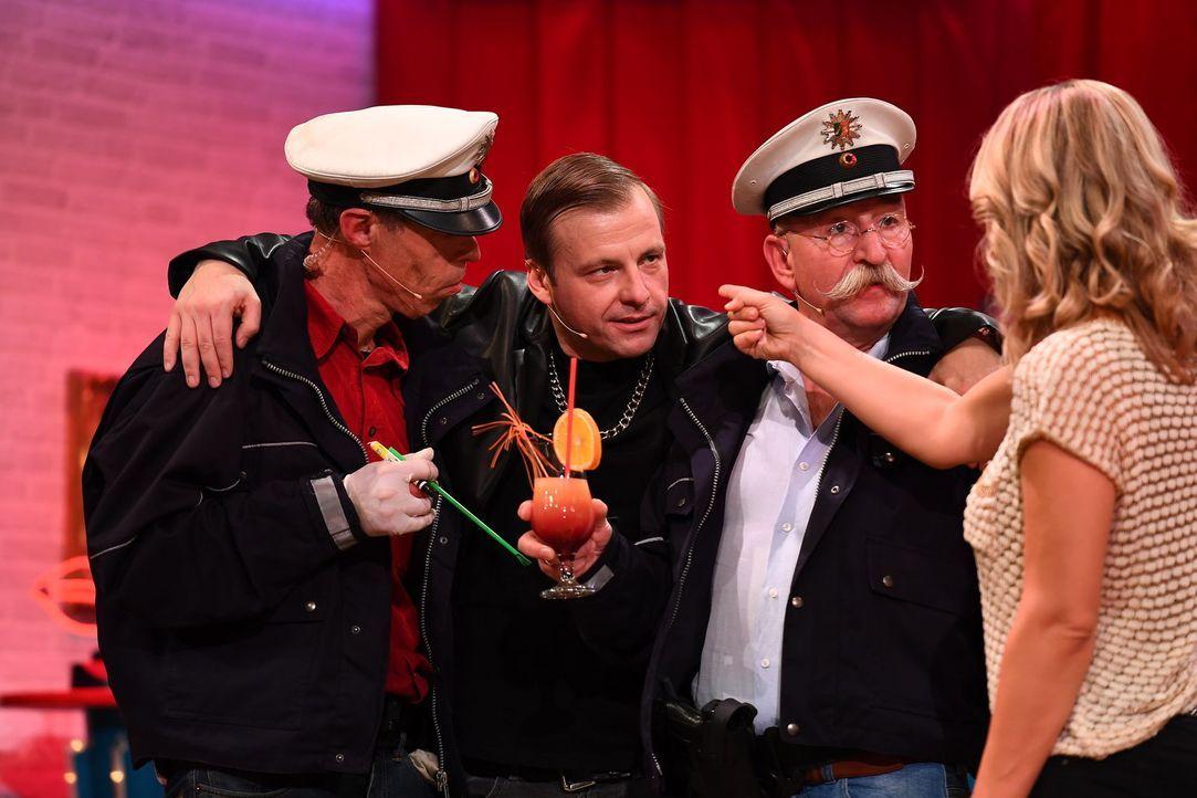"""Möchte Martin Klempnow (2.v.l.) als Chef des Tabledance-Schuppens """"Schneewittchenbar"""" die beiden Polizisten Maddin Schneider (l.) und Horst Lichter... - Bildquelle: Willi Weber Sat.1"""