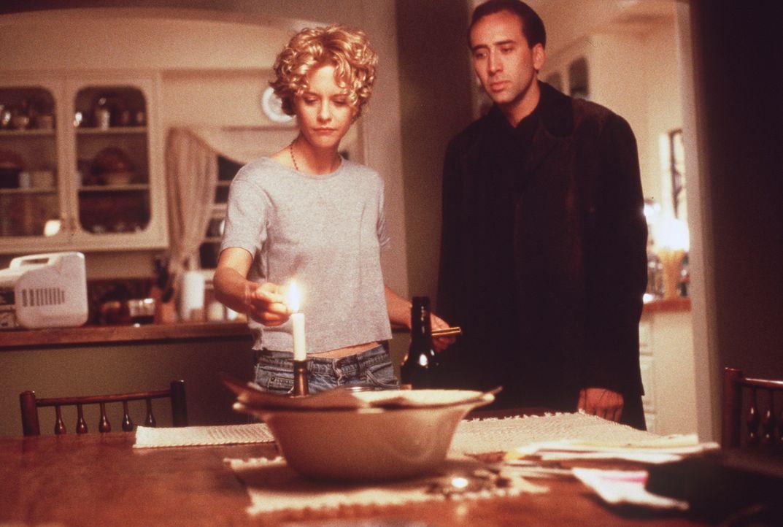 Der in sich gekehrte Seth (Nicolas Cage, r.) ist von Maggies Verzweiflung über den Tod eines ihrer Patienten fasziniert. Als Engel kann er sie nur... - Bildquelle: Warner Bros.
