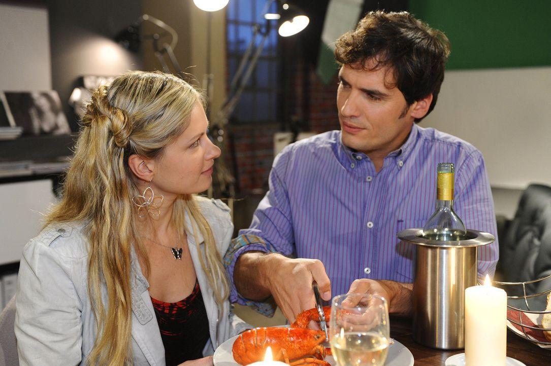 Nach dem Kuss kommen sich Mia (Josephine Schmidt, l.) und Alexander (Paul Grashoff, r.) nah wie nie. Sie verbringen einen wunderschönen Abend mitei... - Bildquelle: SAT.1