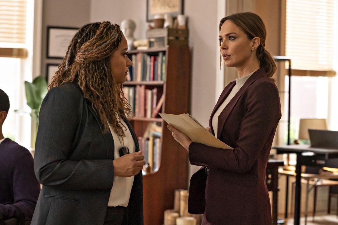 Agent Cutter (Tracie Thoms, l.); Amelia Sachs (Arielle Kebbel, r.) - Bildquelle: Barbara Nitke 2020 NBCUniversal Media, LLC / Barbara Nitke