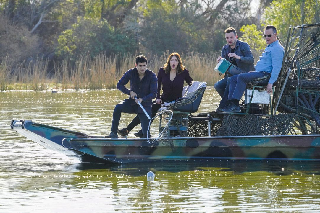 Auf der Suche nach einem gefährlichen Alligator läuft bei (v.l.n.r.) Walter (Elyes Gabel), Paige (Katharine McPhee), Toby (Eddie Kaye Thomas) und Ca... - Bildquelle: Bill Inoshita 2018 CBS Broadcasting, Inc. All Rights Reserved