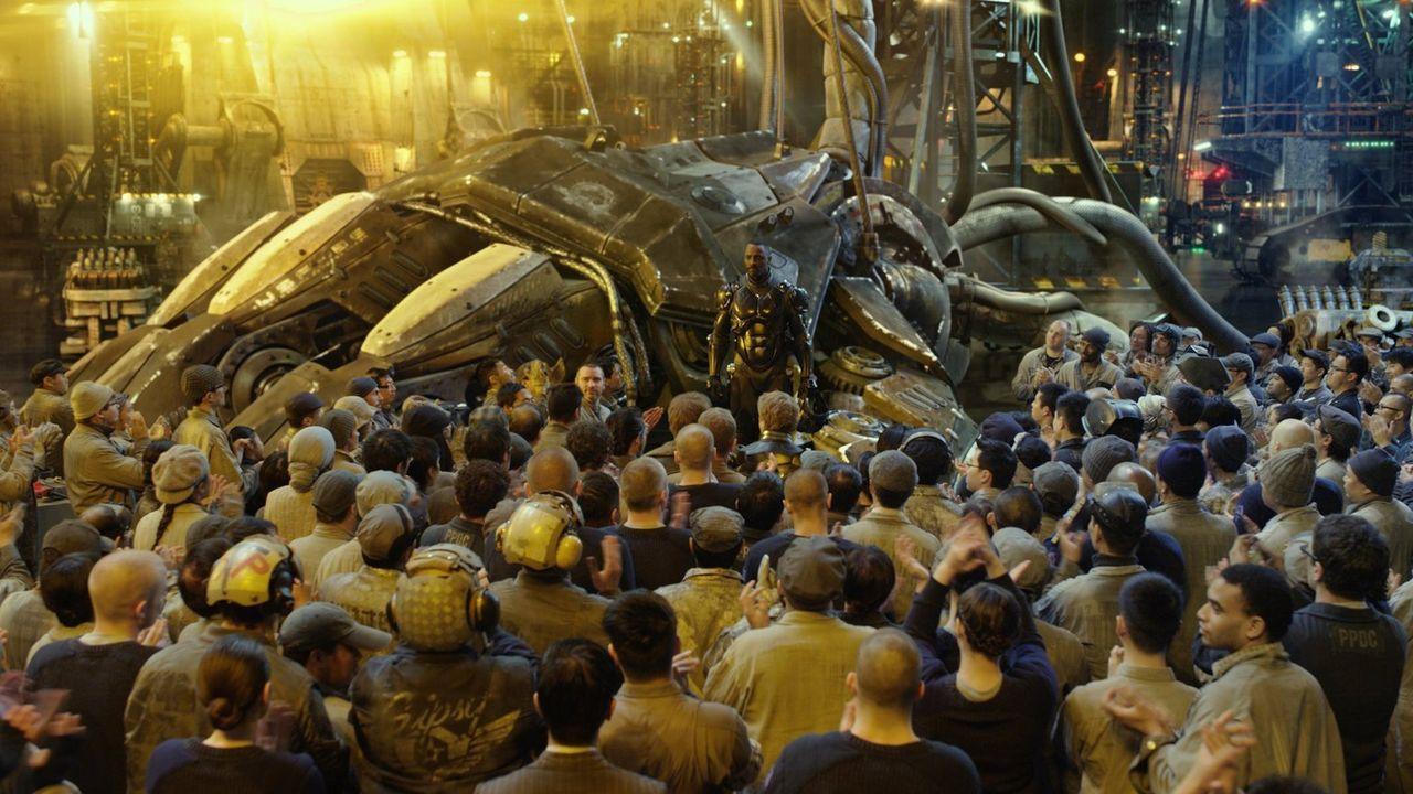 Unter der Leitung von Marshall Stacker Pentecost (Idris Elba, M.) werden Jaeger-Einheiten gegen die außerirdischen Monster eingesetzt. Doch um den K... - Bildquelle: 2013 Warner Bros. Entertainment Inc. and Legendary Pictures Funding, LLC