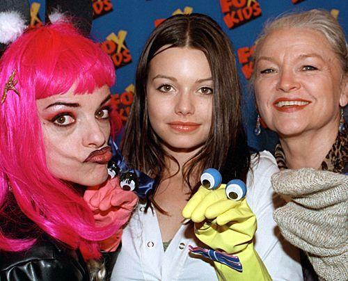"""Nina, Cosma Shiva und Eva-Maria Hagen posieren 2000 im Hamburger Kinder-Theater """"Fundus"""" für ein Familien-Foto. - Bildquelle: dpa"""