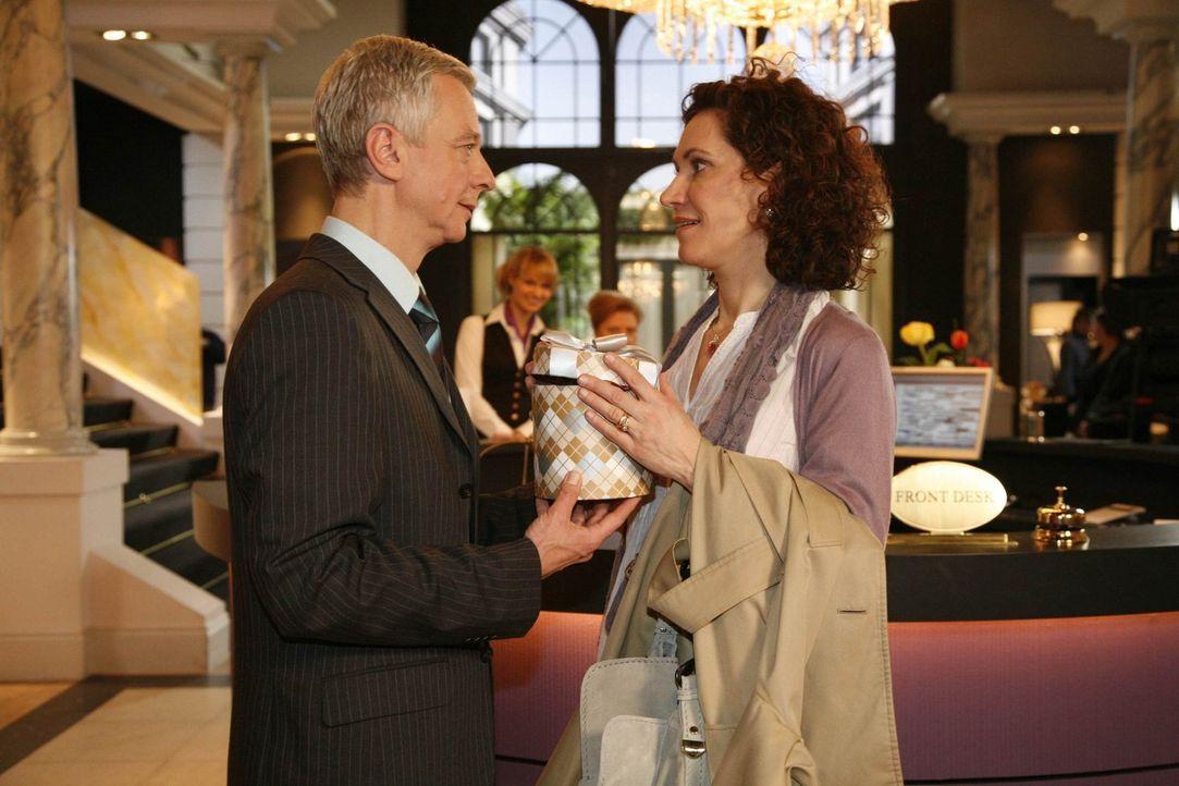 Kommen sich näher: Marcel (Thomas Engel, l.) und Pilar (Justine Hirschfeld, r.) ... - Bildquelle: SAT.1