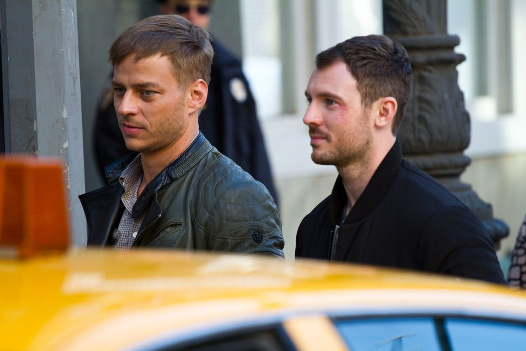 In New York auf Spurensuche: Sebastian (Tom Wlaschiha, l.) und Tommy (Richard Flood, r.) ... - Bildquelle: Adriana Yankulova Tandem Productions GmbH. TF1 Production SAS. All rights reserved