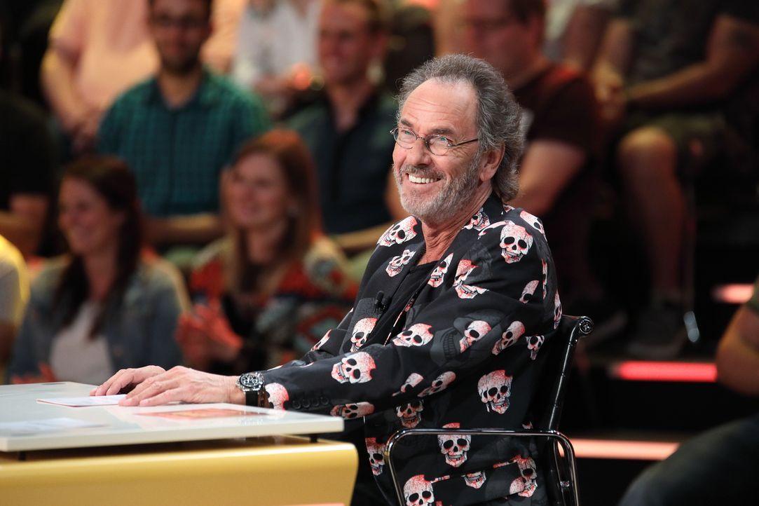 Gastgeber Hugo Egon Balder versucht, seinem Rateteam möglichst witzige Antworten auf die skurilen Fragen der Zuschauer zu entlocken. - Bildquelle: Frank Hempel SAT.1