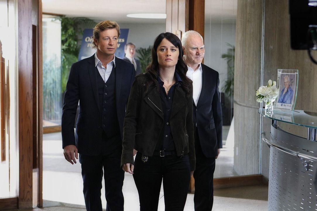 Bei einem neuen Fall, stoßen Patrick (Simon Baker, l.) und Teresa (Robin Tunney, M.) auf Bret Stiles (Malcolm McDowell, r.) einen alten Bekannten v... - Bildquelle: Warner Bros. Television