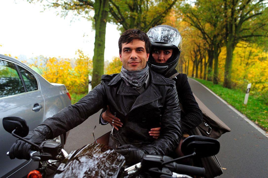 Verenas (Simone Thomalla, r.) Wagen ist auf halber Strecke liegen geblieben. Zum Glück wird sie von dem charmanten Motorradfahrer Leon (Kai Schuman... - Bildquelle: Hardy Spitz Sat.1