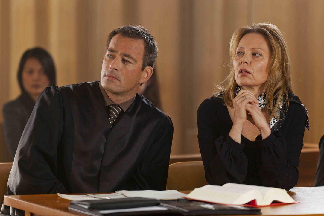 Danni musste den Fall von Monika Ditscheid (Antje Schmidt, r.) abgeben. Oliver (Jan Sosniok, l.) übernimmt und gemeinsam versuchen sie nun, den Fal... - Bildquelle: Frank Dicks SAT.1