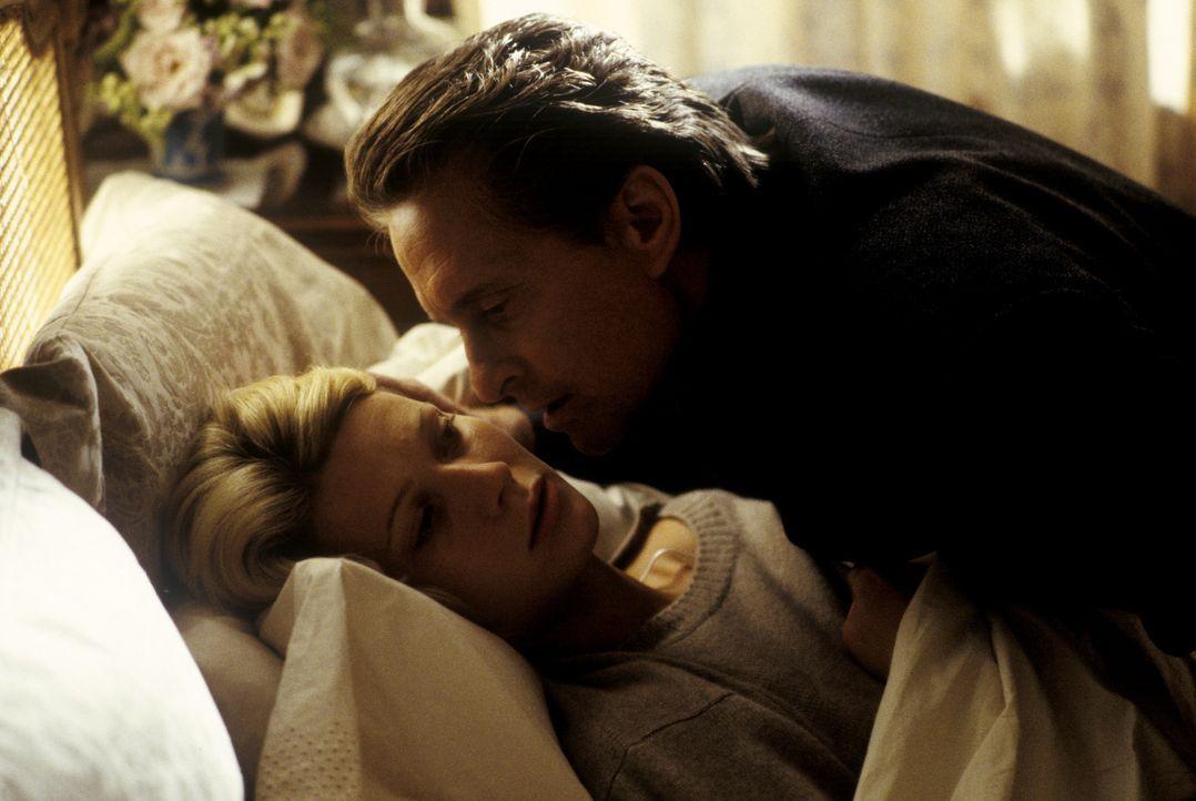 Der Industrielle Steven Taylor (Michael Douglas, r.) plant einen raffinierten Mordanschlag auf seine Frau, die Millionenerbin Emily Bradford (Gwynet... - Bildquelle: Warner Bros.