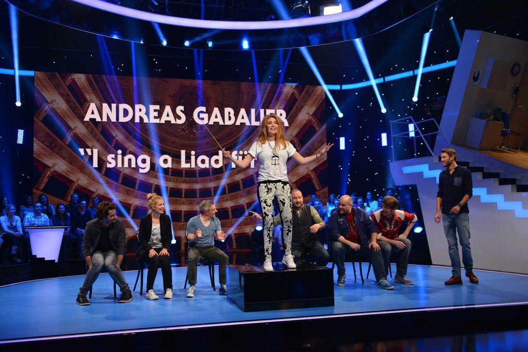 Palina Rojinski (4.v.l.) präsentiert ihr Talent beim Publikumsorchester ... - Bildquelle: Willi Weber SAT.1/Willi Weber